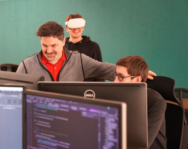 """Mediasquad Geschäftsführer Christoph Sitar (l.) leitete das Siegerprojekt in der Kategorie """"VR Enterprise Solution of the Year""""."""