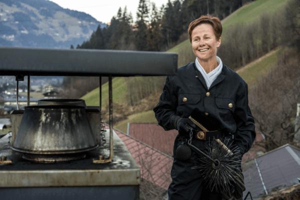 Für Gabriela Schiestl von Zillertalkamin ist das Rauchfangkehren ihr absoluter Traumjob.