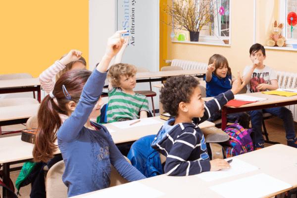 Hygienisch einwandfreie Luft in Klassenzimmern oder in Restaurants ist mit dem neu entwickelten AirSanitzier Raumluftreiniger von Euroclima unkompliziert und mit geringem Platz- und Energiebedarf möglich.