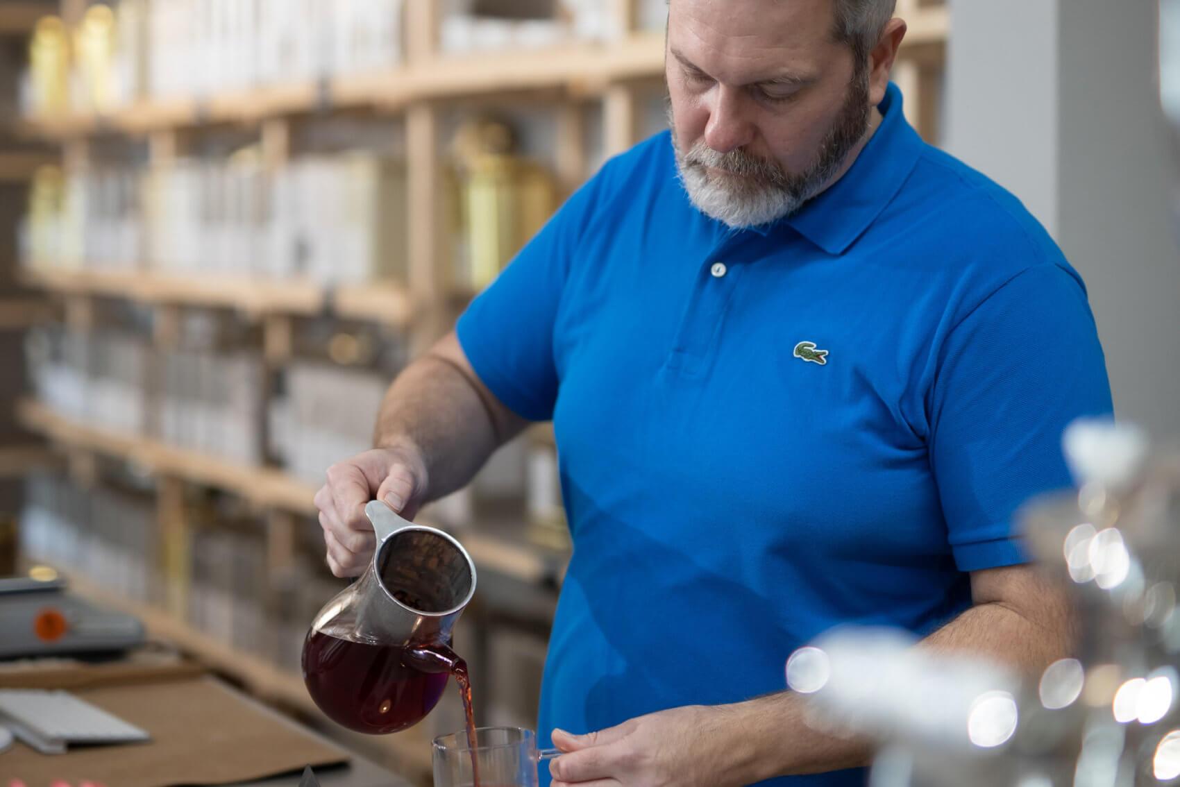 Johann Friembichler heißt im House of Tea & Coffee in der Innsbrucker Kiebachgasse seine Kunden willkommen.