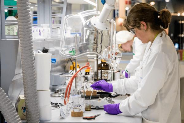 Katharina Rübsamen hat mit ihrer Labortechnik-Lehre bei der Novartis/Sandoz GmbH den Grundstein für eine erfolgreiche berufliche Karriere gelegt.