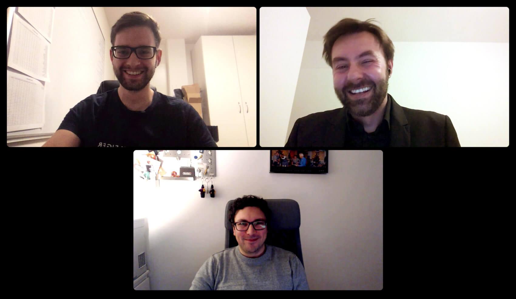 Drei Männer haben eine Onlinekonferenz.