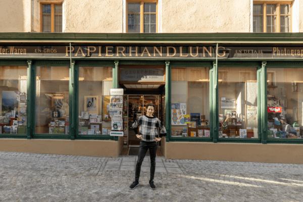 Sonja Altenburger vor ihrem Geschäft in Rattenberg