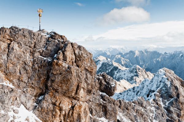 Trennend und verbindend zugleich - die Zugspitze kann durchaus als geografisches Sinnbild für die engen Beziehungen zwischen Bayern und Tirol gesehen werden.