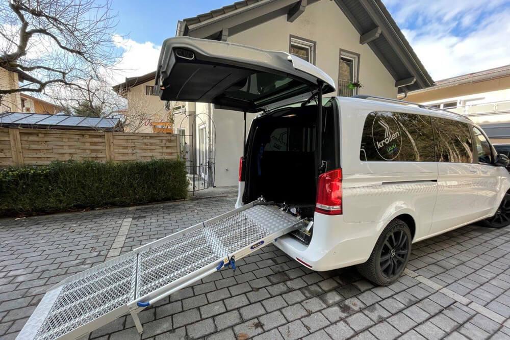 Taxi mit Rollstuhlrampe