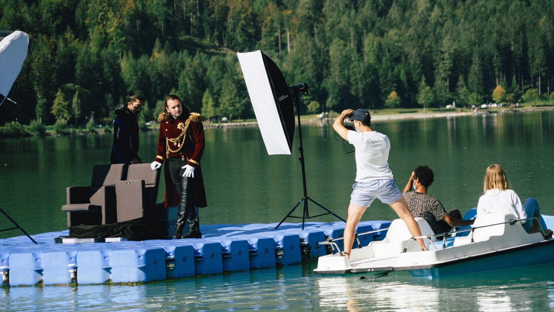 Michael Venier mit einem Kamerateam beim Filmdreh auf einem See