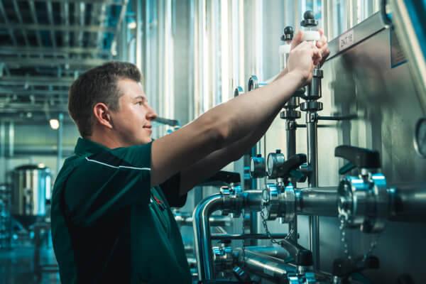 Florian Kröll hat als angehender Brau- und Getränketechniker einen herausfordernden und abwechslungsreichen Aufgabenbereich.
