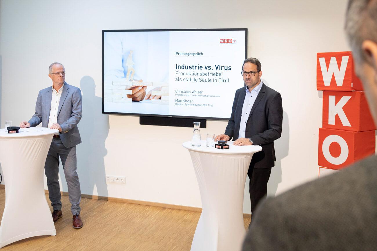 Max Kloger, Spartenobmann der Tiroler Industrie (l.), WK-Präsident Christoph Walser (r.) skizzierten aktuelle Herausforderungen für den produzierenden Bereich der Tiroler Wirtschaft.