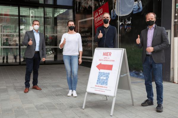 Vizebürgermeister Johannes Anzengruber freut sich mit Christian Müller und Klara Müller (beide Apotheke Boznerplatz) und WK-Bezirksobmann Franz Jirka (v.r.) über das neue Test-Angebot im Innsbrucker Zentrum.