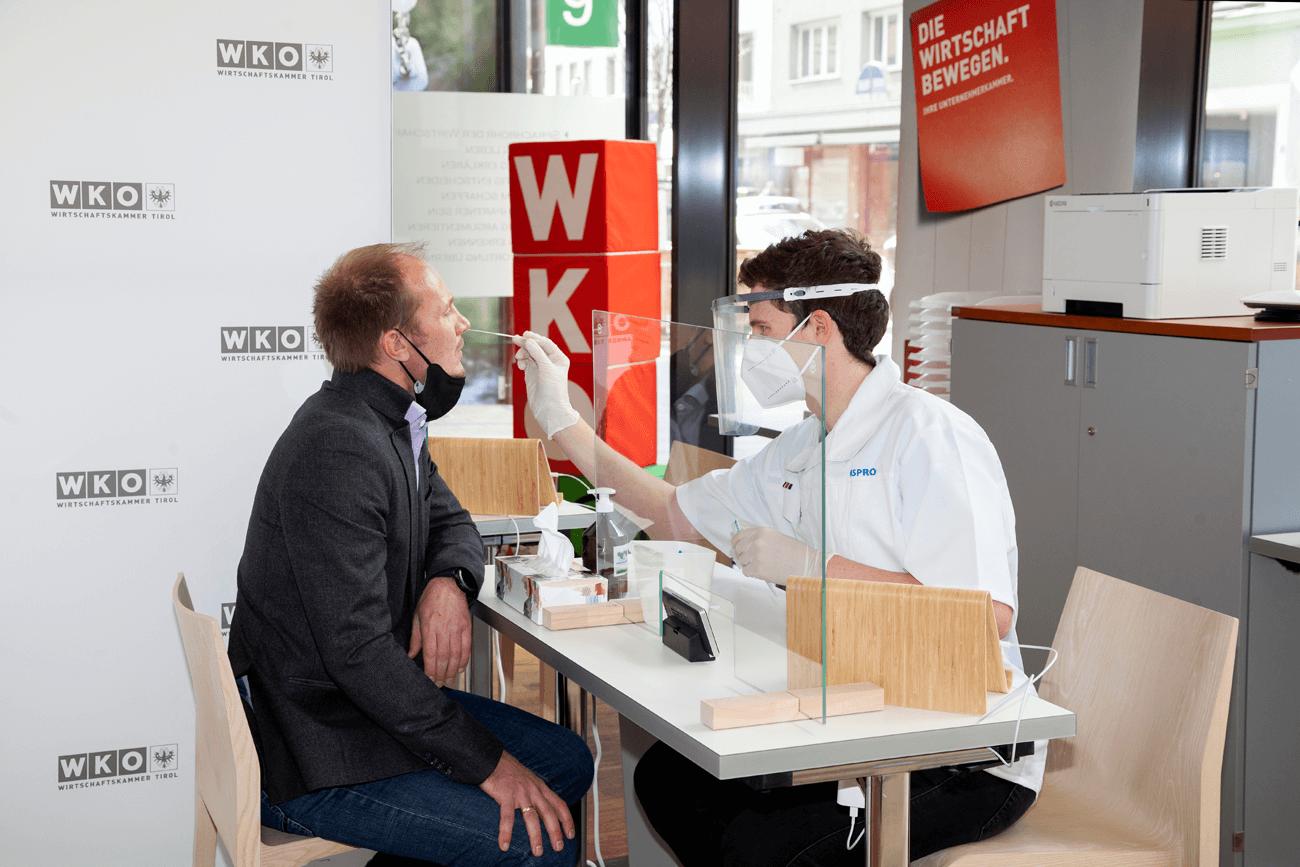 Vizebürgermeister Johannes Anzengruber machte gleich vom neuen Test-Angebot in der Innsbrucker Wilhelm-Greil-Straße Gebrauch.