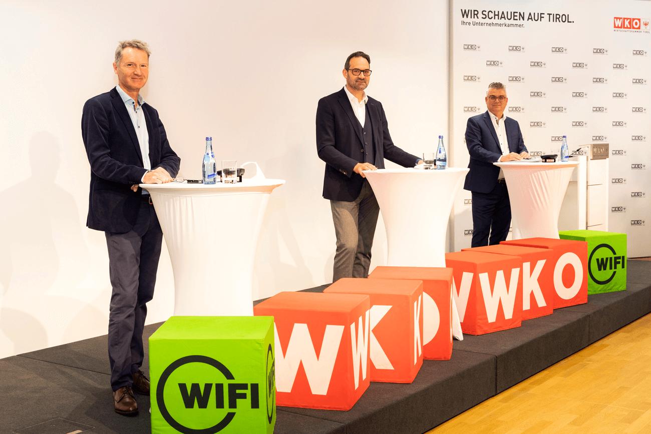Christoph Walser, Präsident der Tiroler Wirtschaftskammer (m.) gemeinsam mit Stefan Garbislander, Leiter Wirtschaftspolitik, Innovation & Strategie (r.) und Gregor Leitner, Leiter der Außenwirtschaft in der WK Tirol.