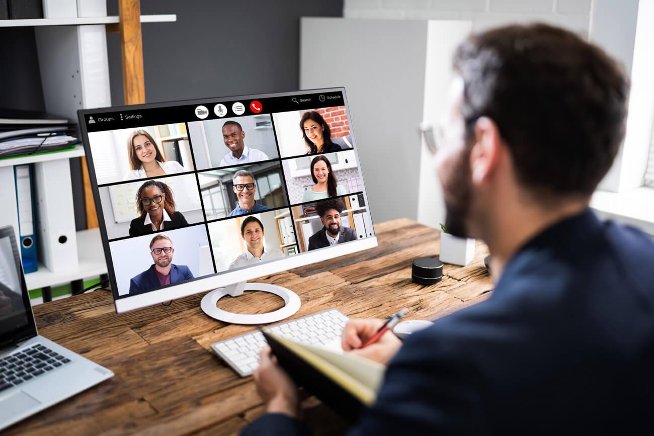 """Videokonferenzen sind aus unserem Arbeitsalltag nicht mehr wegzudenken. Damit die laufende Kamera keinen Einblick in sensible Firmendaten gewährt, sollte die Umgebung rund um den Arbeitsplatz vor dem Start """"datensicher"""" gestaltet werden."""