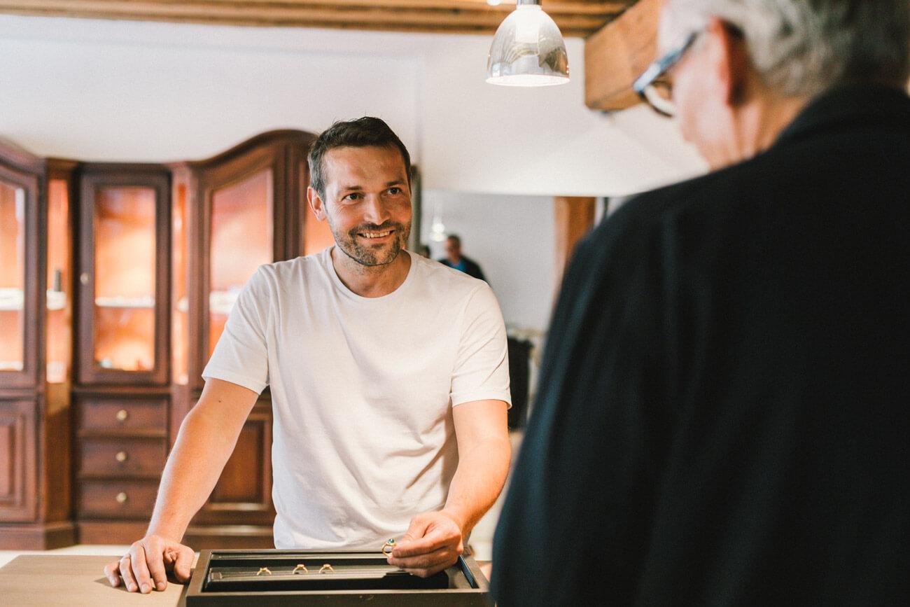 Goldschmied Christian Schröder legt seine handwerklichen Tätigkeiten gerne beiseite, um persönlich zu beraten. Die Kunden profitieren vom meisterlichen Know-how.