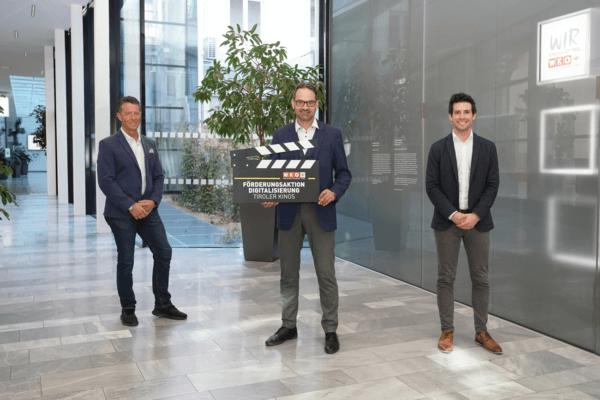Fachgruppenobmann Alexander Wurzenrainer freut sich gemeinsam mit WK-Präsident Christoph Walser und Fachgruppengeschäftsführer Fabian Kathrein über die Förderung für die Tiroler Kinobetriebe (v.l.).