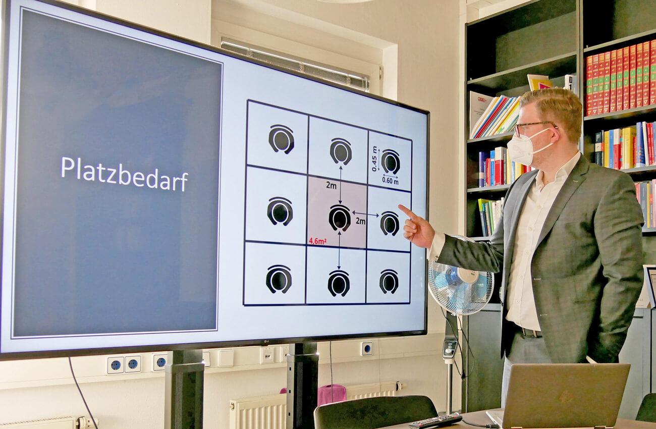 WK-Fachgruppenobmann Bernhard-Stefan präsentiert ein Sicherheitskonzept.