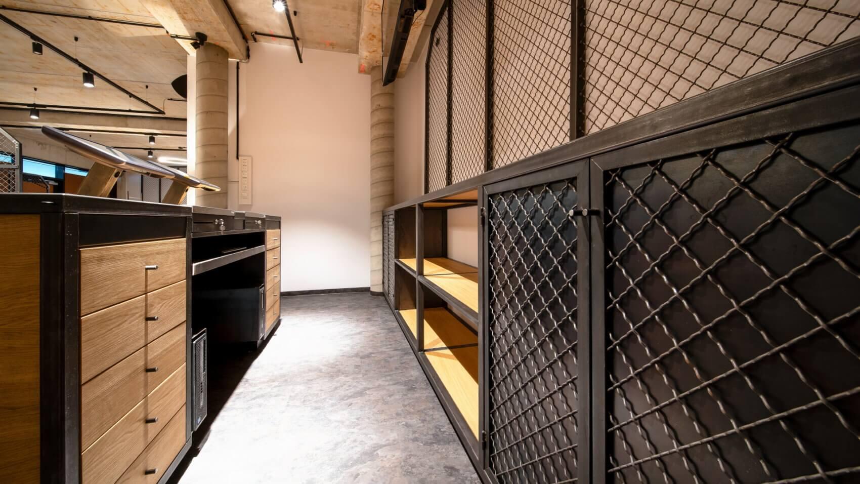 Durch die passenden Materialien hat Knes hier das Innenleben eines neuen Ladens gebaut.