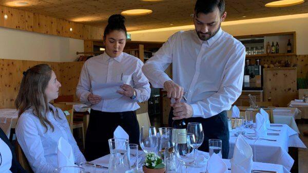 Servicecoaching. Auch der Weinausschank wird im Trainingscamp geübt.