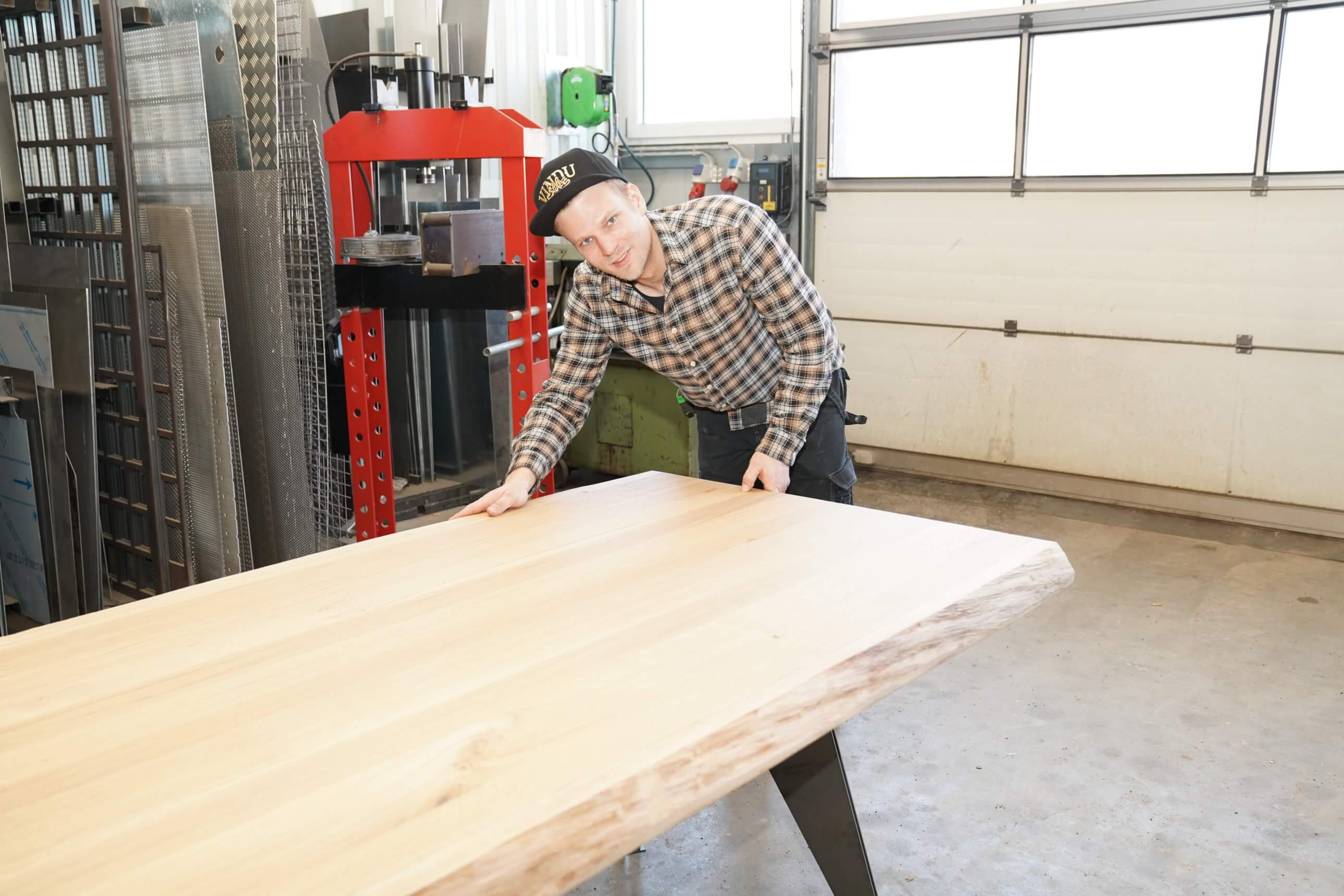 Fabian Knes von Vindu Stylez in seiner Werkstatt