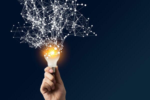 Leuchtende Glühbirne als Symbol für Innovation