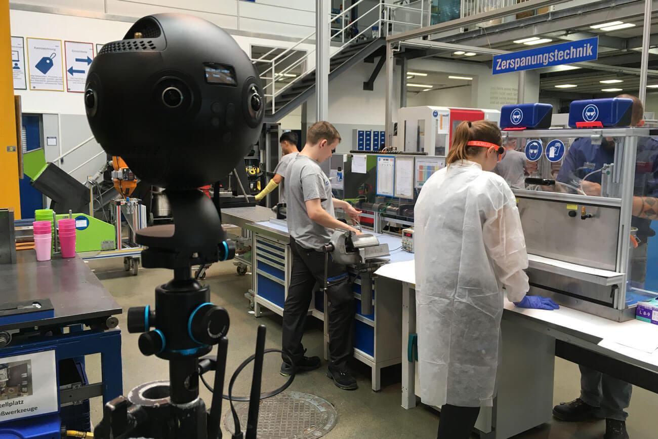 Mittels Spezialkameras gelingt es, die Atmosphäre verschiedener Arbeitsumgebungen einzufangen und den Jugendlichen mit einer VR-Brille ein realistisches Bild zu vermitteln.