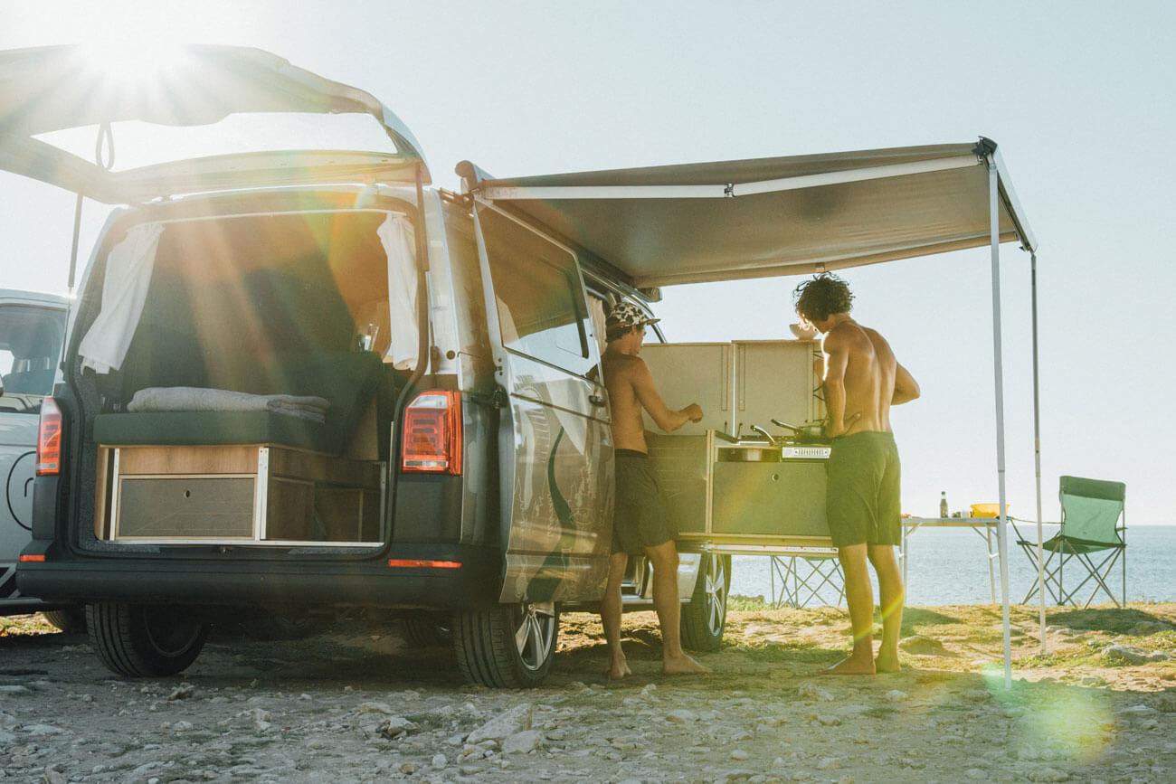 Mit einem Bus ist man immer ungebunden, das Mobiliar von Brome Van Camping unterstützt dieses Freiheitsgefühl.