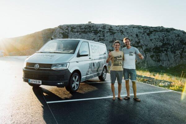 """Peter Tschallener und Gregor Schwärzler – die Gründer von """"Brome Van Camping"""" vor einem Campingbus."""