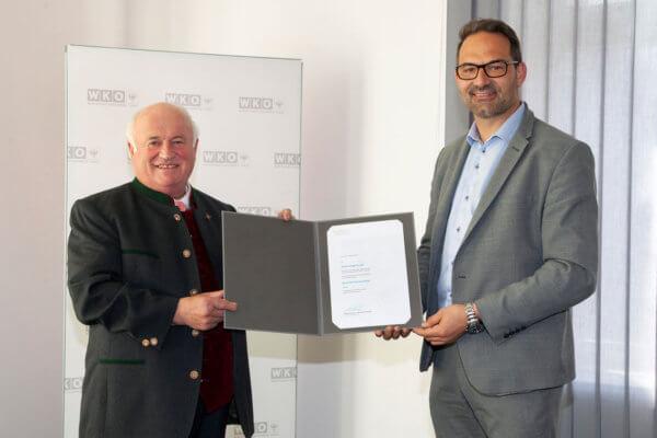 WK-Präsident Christoph Walser (r.) überreichte dem frischgebackenen Kommerzialrat Hans Guggenberger (l.) die Auszeichnung.