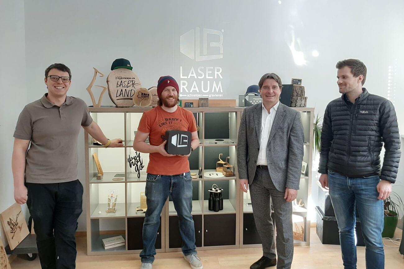 Das Team der LR Laser Raum OG: Bombek Andreas, Eder Christian und Andreas Holaus (v.l.) begrüßen Bezirksobmann Peter Seiwald (2. v. r.).