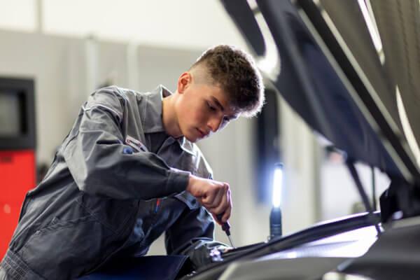 Zuschauen, Fragen stellen und Ausprobieren bei einer Schnupperlehre: In der Praxis gewinnen Jugendliche den besten Einblick in den jeweiligen Beruf.