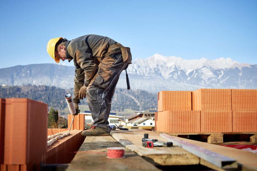 Maurer auf einer Baustelle
