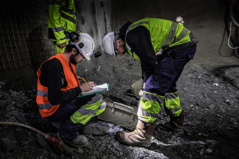Zwei Bauarbeiter bei der Arbeit