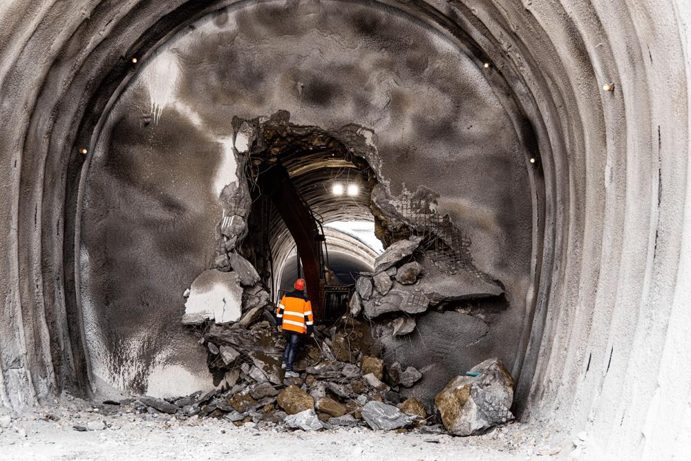 Maschine und Bauarbeiter beim Durchschlag des ersten Haupttunnels
