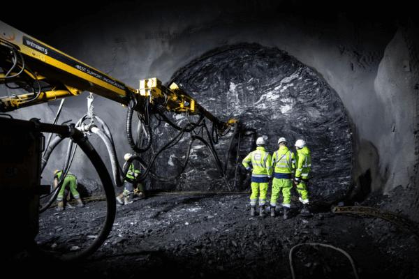 Bauarbeiter und Maschine beim Bau des Brenner Basistunnels