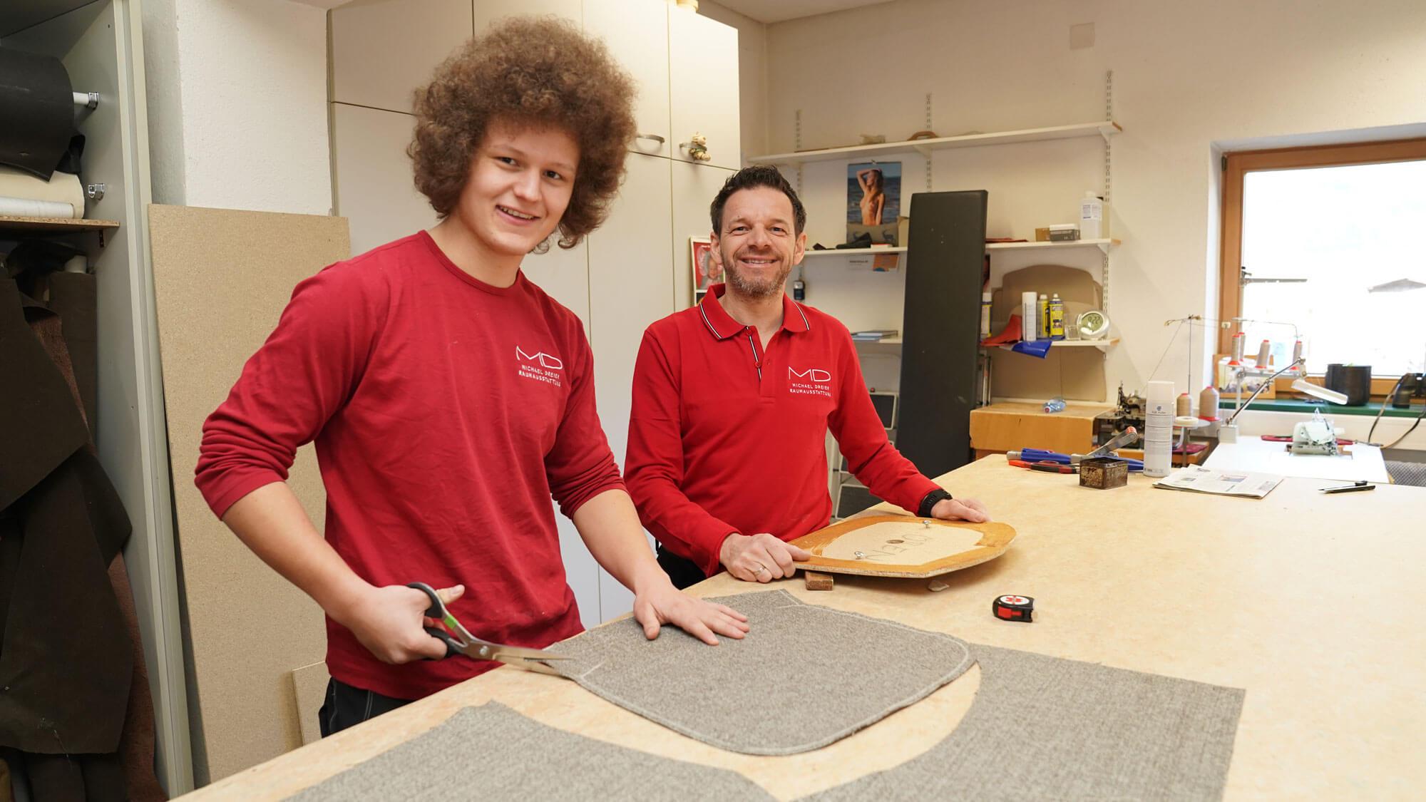 Eingespieltes Team. Raumausstatter Michael Dreier und Lehrling Fabian Rissbacher (l.) arbeiten Hand in Hand.