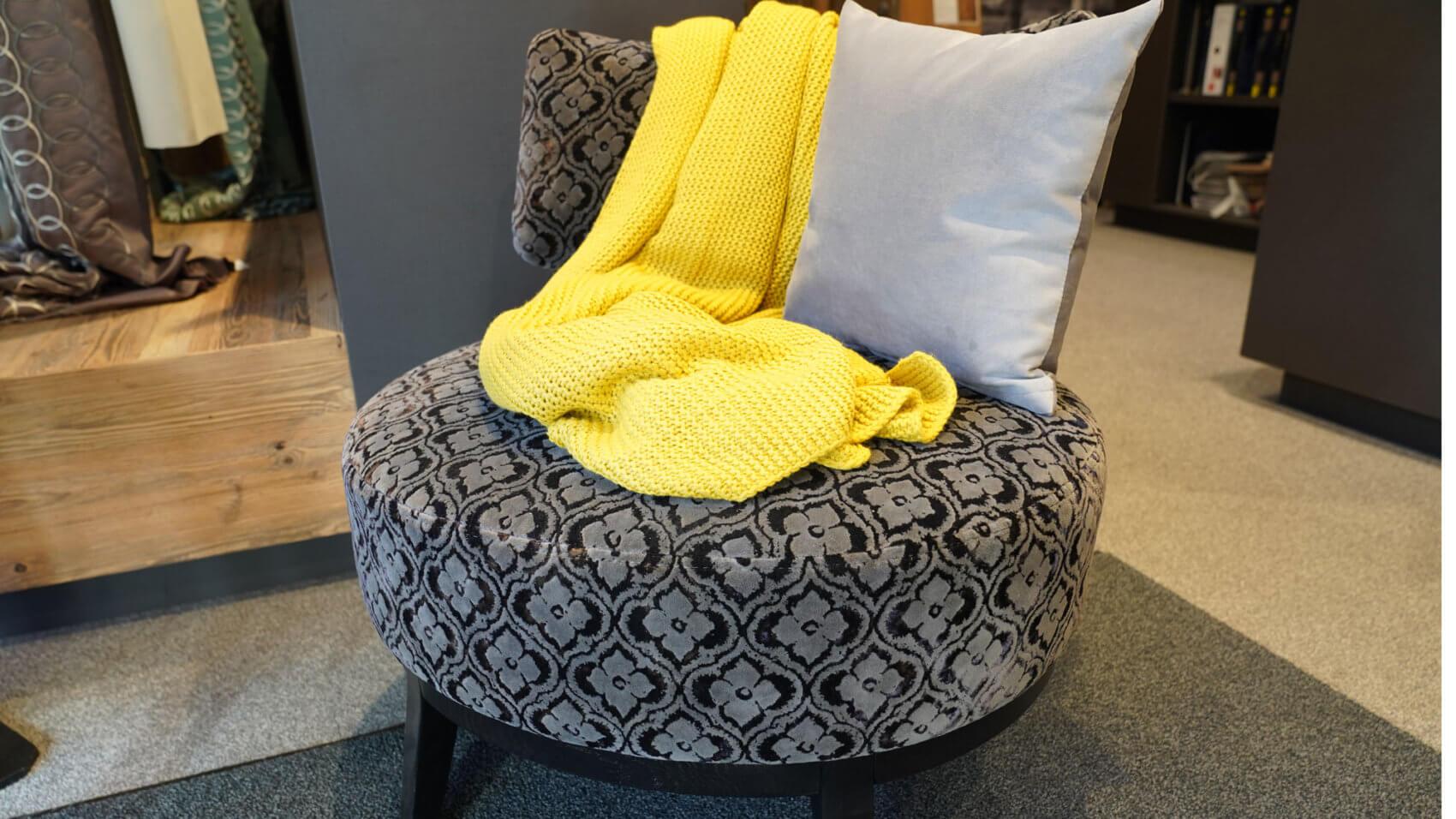 Kreativität. Es werden Möbel mit jedem gewünschten Stoff überzogen.
