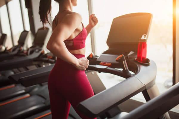 Gewinnspiel Fitnessstudios - Frau am Laufband