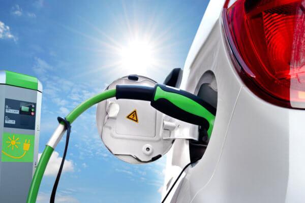 E-Mobilität - Elektroauto hängt an Ladestation