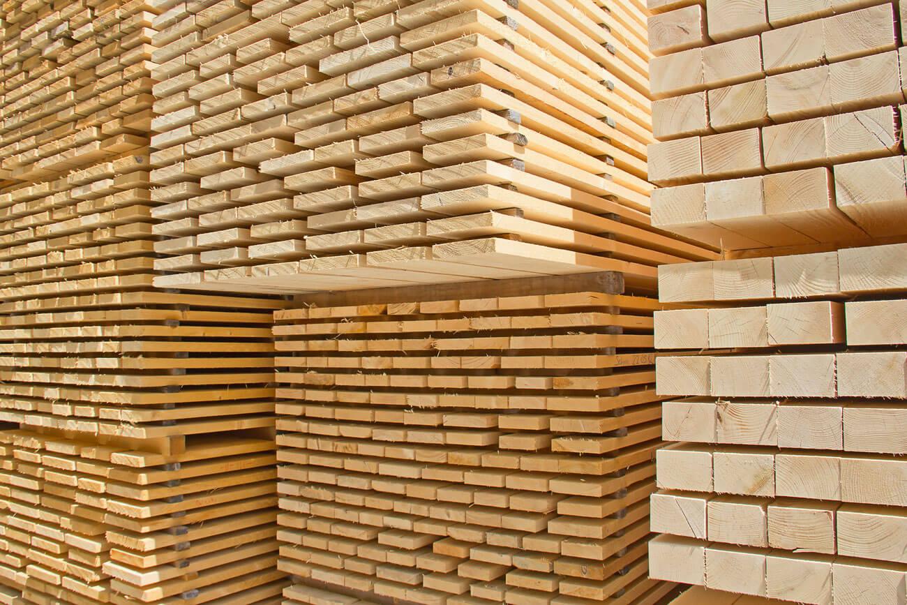 Rund die Hälfte der 10,6 Millionen Kubikmeter Schnittholzproduktion Österreichs verbleibt traditionell im Heimatmarkt. Zusätzlich werden rund zwei Millionen Kubikmeter Nadelschnittholz pro Jahr importiert, um den heimischen Markt abzudecken.