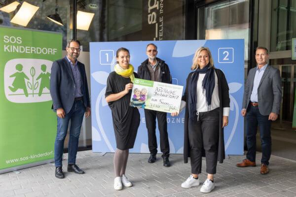 WK-Präsident Christoph Walser, Klara und Christian Müller (Apotheke Boznerplatz), Manuela Mader vom SOS-Kinderdorf und WK-Bezirksobmann Franz Jirka (v.l.).