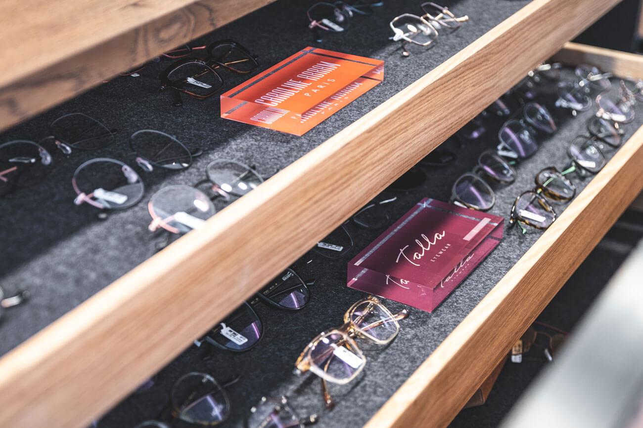 Echte Hingucker: Sonnenbrillen und optische Gläser von kleinen Manufakturen, die Wert auf Qualität und Handarbeit legen.