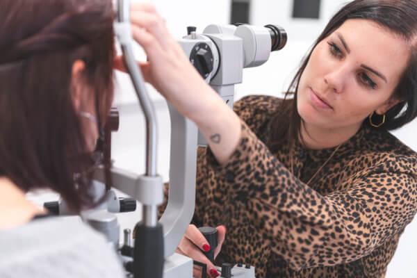 Im Anpassraum erhält Optikermeisterin Carina Kuprian mithilfe der Spaltlampe zahlreiche Informationen über den pathologischen Status der Augen.