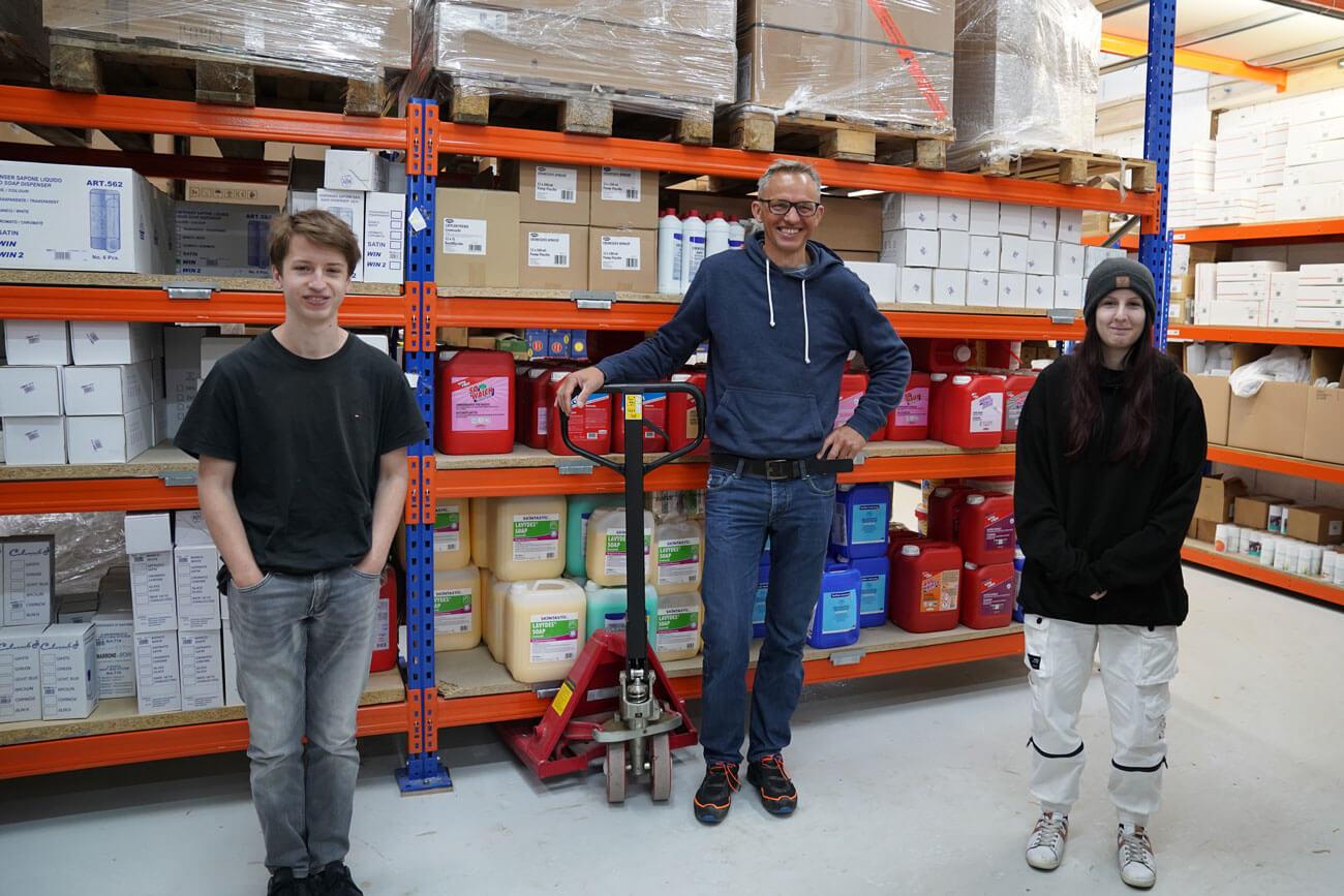 Die E-Commerce-Kaufmann Lehrlinge Thijmen Schrama (l.) und Laura Platzgummer mit ihrem Chef Frank Schrama.