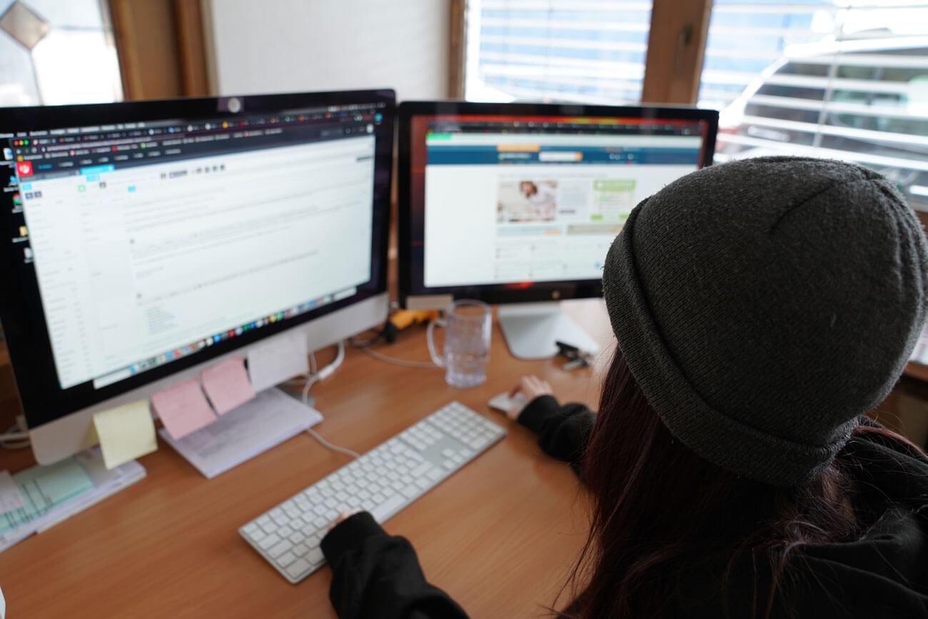Laura Platzgummer schreibt gerade eine Produktbeschreibung für den Onlineshop.