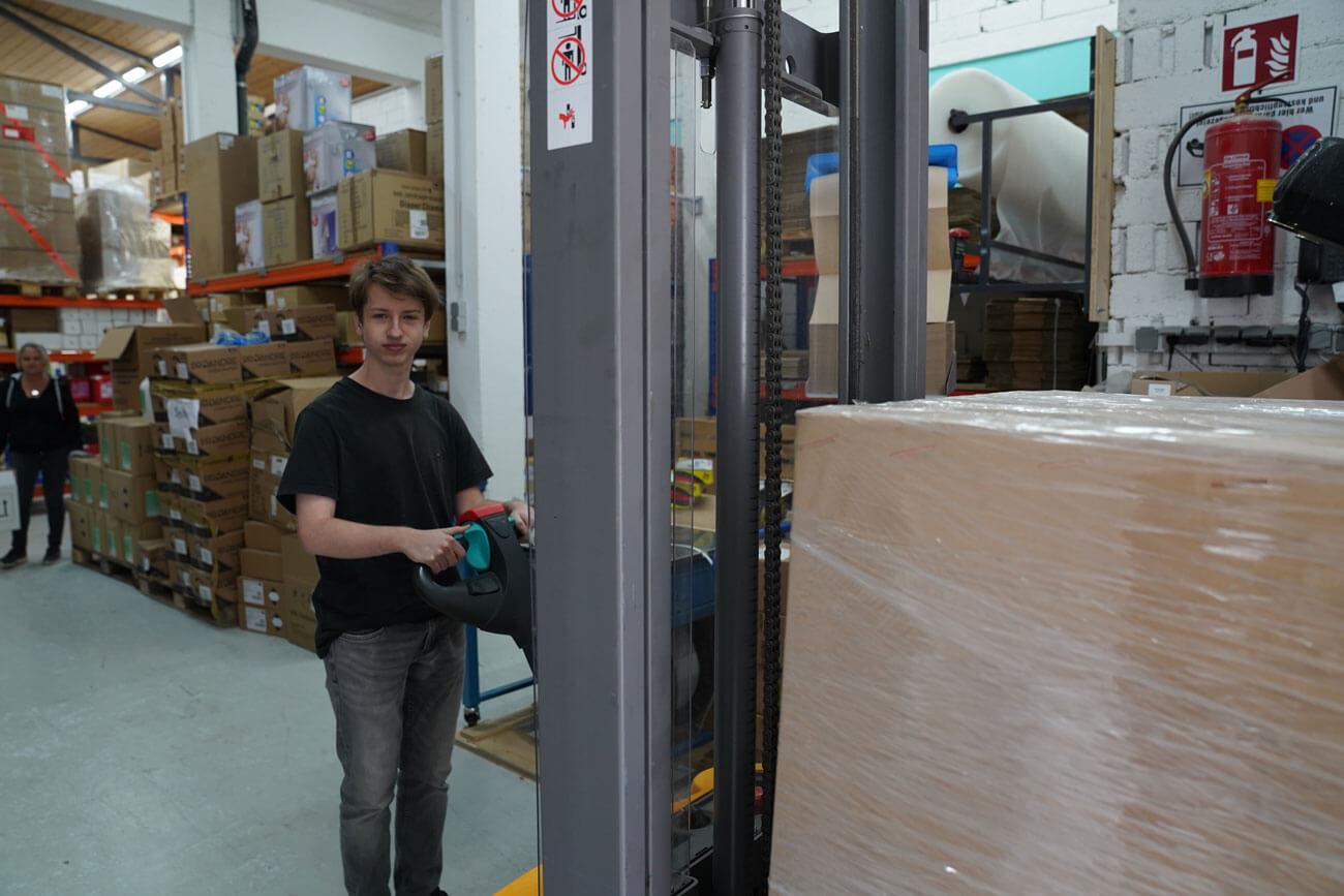 Thijmen stellt eine Lieferung aus den 6.000 Verkaufsartikeln zusammen.