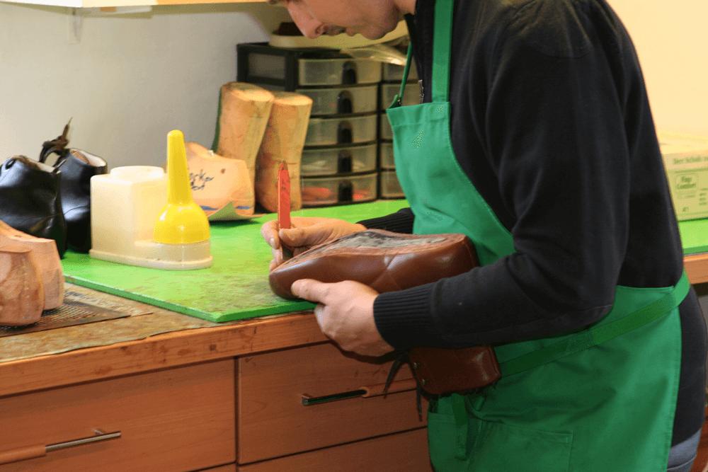 ein Lederschuh wird in der Werkstatt angefertigt
