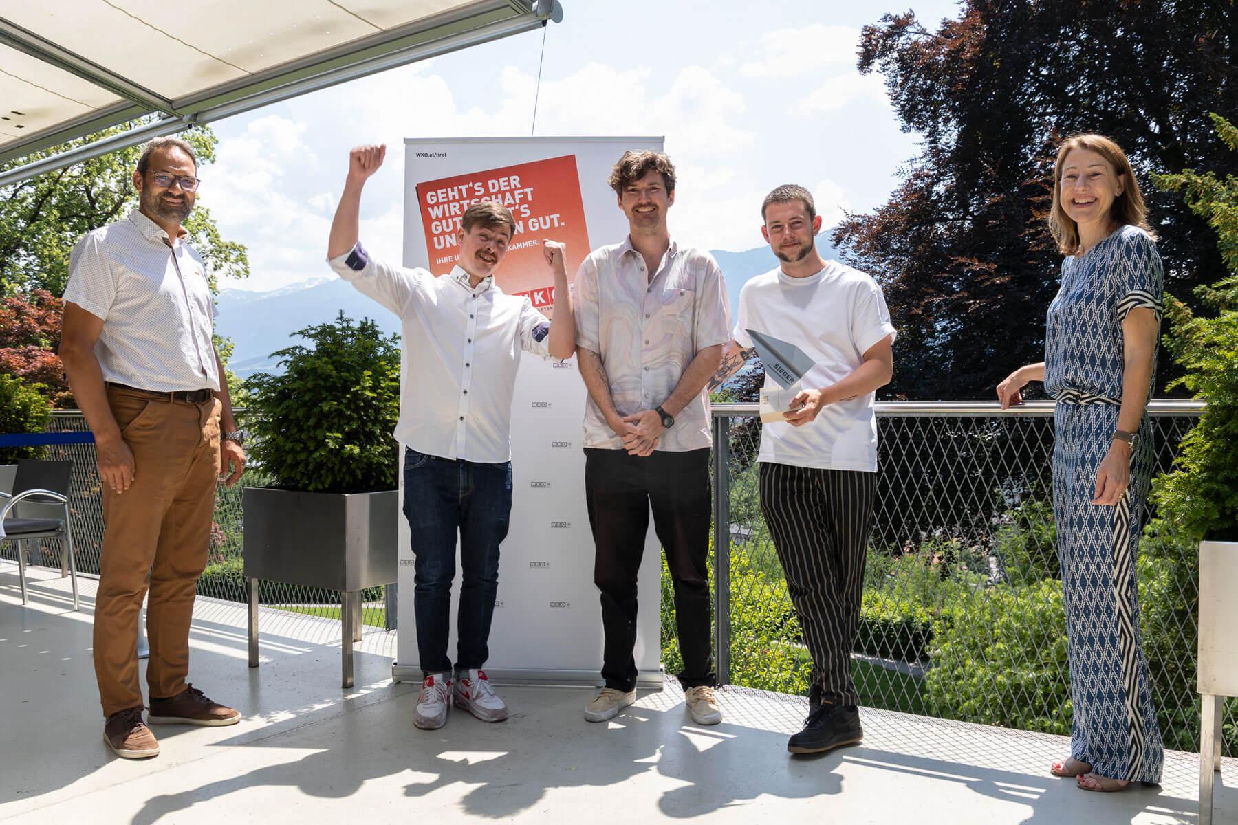 """Tiroler Innovationspreis 2020 Gewinner Kategorie """"Dienstleistungsinnovation"""": Dachsbau TV mit Konrad Wolfgang, Frederik Lordick und Lukas Micka (2.,3. und 4.v.l.) mit WK-Präsident Christoph Walser (l.) und Landesrätin Annette Leja (r.)."""