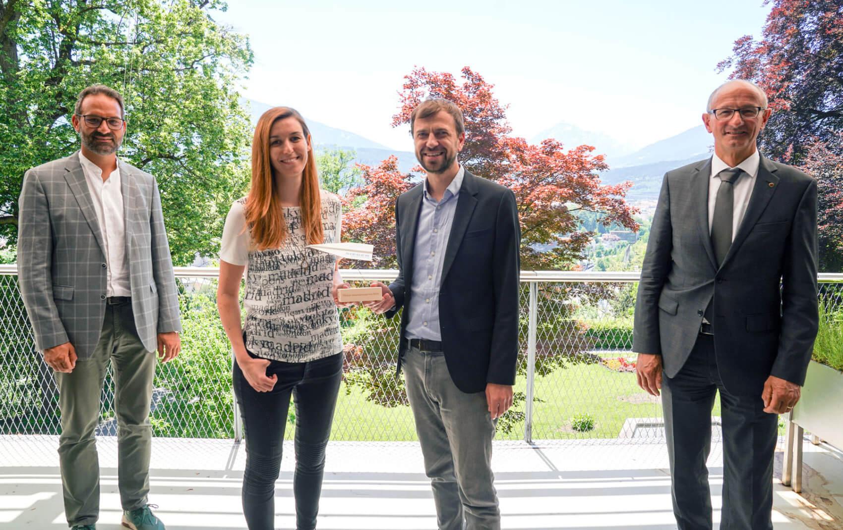 """Tiroler Innovationspreis 2020 Gewinner Kategorie """"Konzepte"""": Die Parity QC, Magdalena Hauser und Wolfgang Lechner mit WK-Präsident Christoph Walser (l.) und Landesrat Anton Mattle (r.)."""
