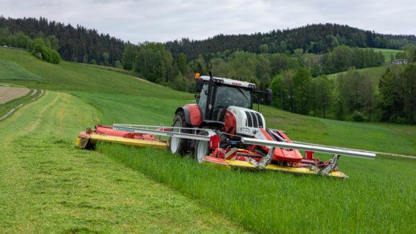 Traktor mit Mähmaschine