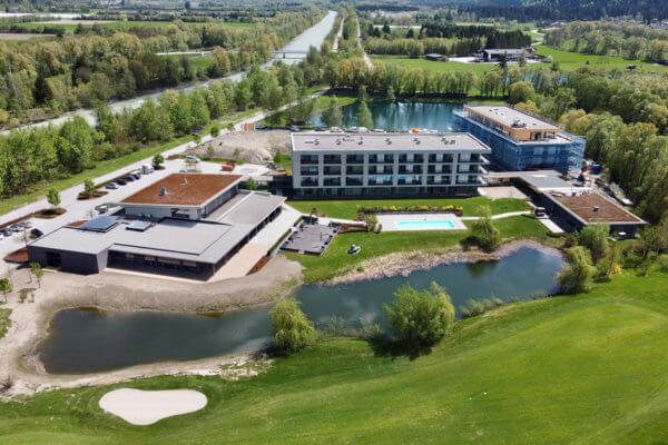 """Um 11 Millionen Euro erweitert die Familie Hamacher ihr zweites Hotel """"Dolomitengolf Suites"""" direkt neben Tirols größtem Golfplatz in Lavant um einen Trakt mit 30 weiteren Luxus-Suites, die im Juli bezugsfertig sind."""