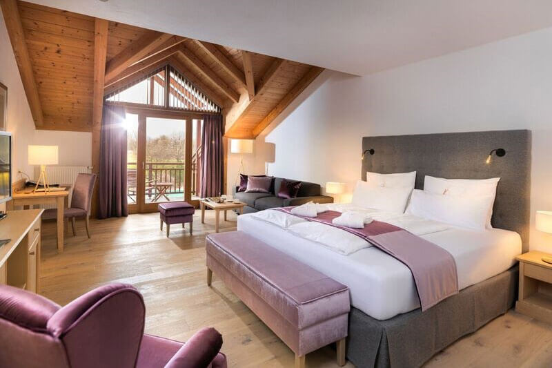 """Großzügige Gästezimmer und Suiten im Landhausstil gibt es auch im """"Dolomitengolf Hotel & Spa"""", das mit dem Golfplatz """"mitgewachsen"""" ist."""